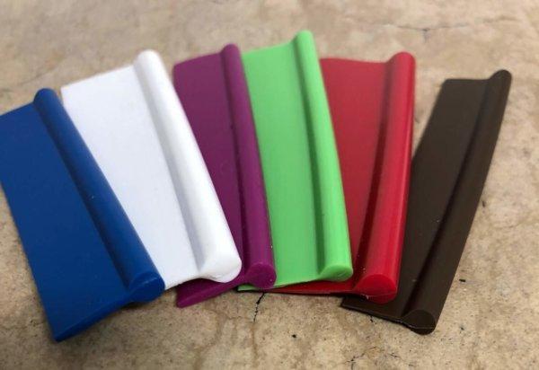 Keder mit Fahne in verschiedenen Maßen von 2,5 – 7,5 mm Kugeldurchmesser und 7 – 20 mm Fahnenlänge.