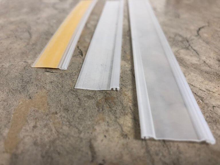 Polypropylen Clipband Typ A, Clipband Typ B und Adapterband mit doppelseitigem Klebeband. Mega-Light Wechselband für Lichtwerbekästen zum Verbinden zweier Poster. Profilbreite: 18,6 mm